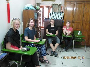 Rikke, Helle (mig), Morten og Kirstine laerer bangla