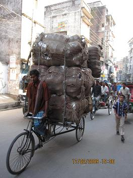 Laes paa en cykel i Old Dhaka