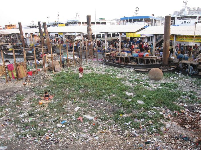 View over en del af havnen Sadarghat