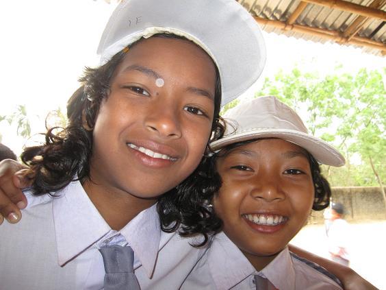 To piger i skoleuniformer
