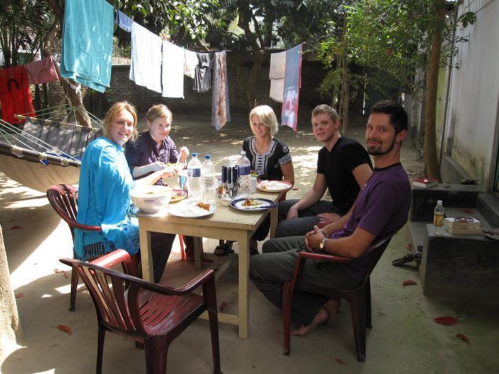 Christina, Kirstine, Rikke, Morten og Peter ved vores midlertidige bolig i Birganj