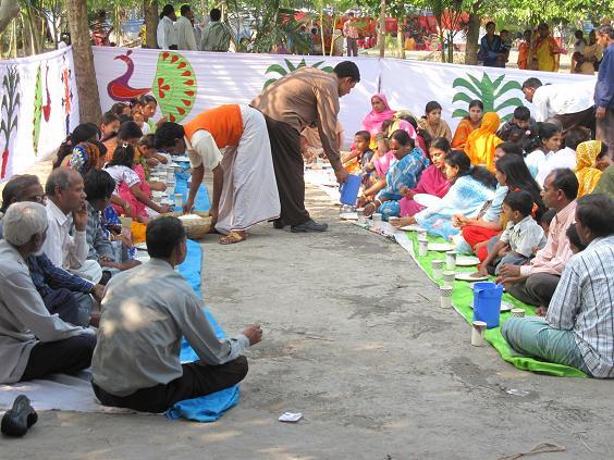 Resten af gæsterne blev bespist siddende på tæpper på jorden og i flere hold.
