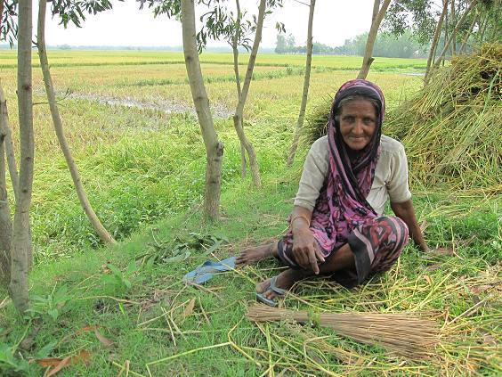 En ældre dame nyder livet i vejkanten