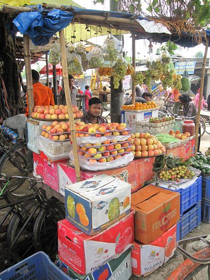 En af frugtboderne i Pirganj